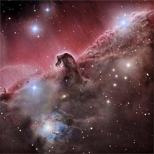 Tinh vân Đầu Ngựa được nhà thiên văn Bamard phát hiện đầu thế kỷ 20, nằm trong chòm sao Orion cách Trái Đất khoảng 1500 năm ánh sáng. Từ xa, tinh vân nổi bật trên nền màu đỏ của tinh vân phát xạ IC434 láng giềng.
