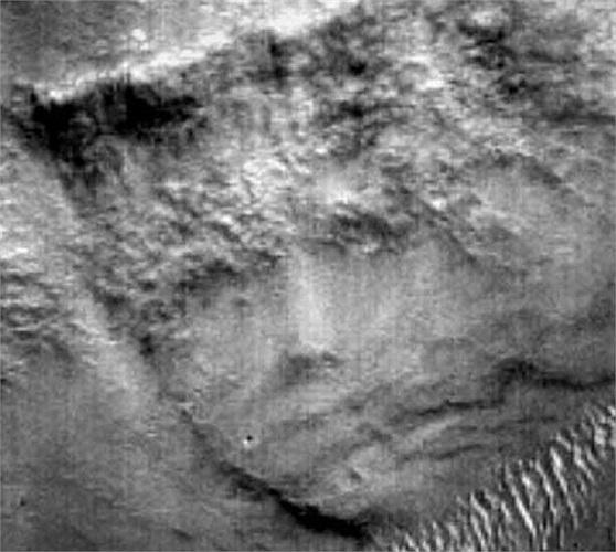 Một hình ảnh kì thú nữa trên sao Hỏa. Khuôn mặt trông như của người Hy Lạp hay La Mã cổ đại đang đội vương miện, các nhà thiên văn đã gọi đây là khu vực Mặt đăng quang.