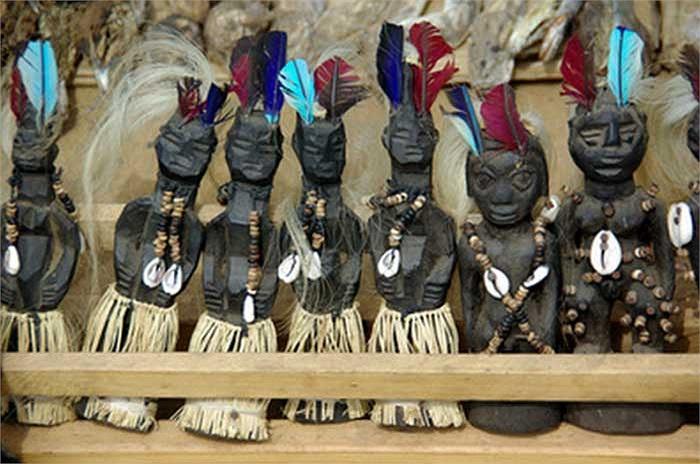 Cũng có những vật phẩm đỡ rùng rợn hơn do đã qua chế tác, đó là các bức tượng bằng xương hoặc bằng sừng được trang trí cầu kỳ.