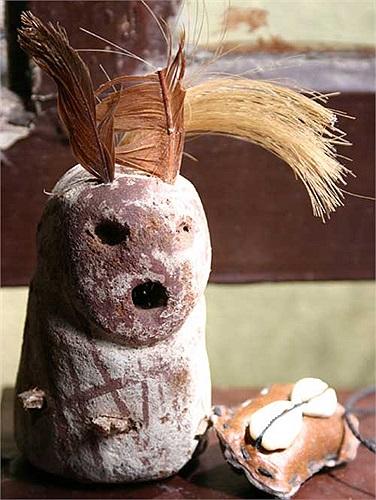 Những hình nhân bằng đất nung cũng xuất hiện trong khu chợ, mặc dù không phổ biến như những thứ khác.