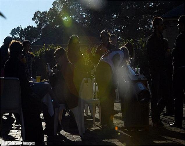 Chạng vạng: Không giống nhật thực toàn phần khi bóng tối bao trùm, với nhật thực hình khuyên, ánh sáng mặt trời chỉ mờ đi.