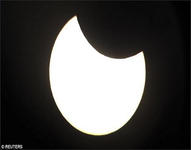... nhưng kích cỡ biểu kiến của Mặt Trăng nhỏ hơn kích cỡ biểu kiến của Mặt Trời. Vì thế Mặt Trời vẫn hiện ra như một vòng đai rực rỡ bao quanh Mặt Trăng.