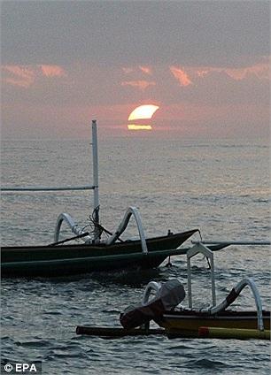 Còn đây là hình ảnh nhật thực hình khuyên trên biển Sanur ở Bali (Indonesia).