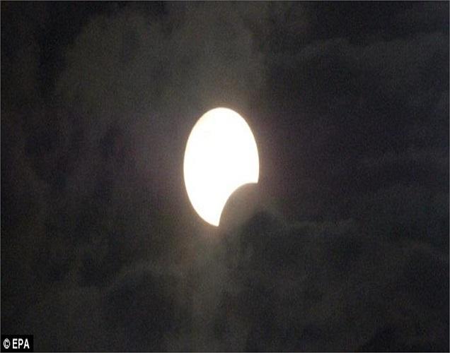 Ở Indonesia, trời nhiều mây cũng không làm cản trở được sự kỳ diệu của nhật thực hình khuyên.