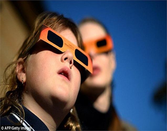 Một cô gái trẻ đang quan sát hiện tượng nhật thực hình khuyên ở Đài thiên văn Sydney.