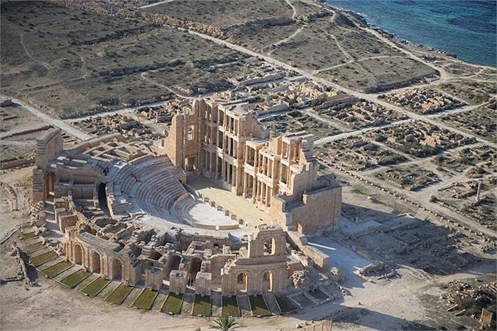 Nhà hát cổ đại Sabratha, gần như vẫn còn nguyên vẹn của thành phố cùng tên của Libya, bên bờ biển Địa Trung Hải