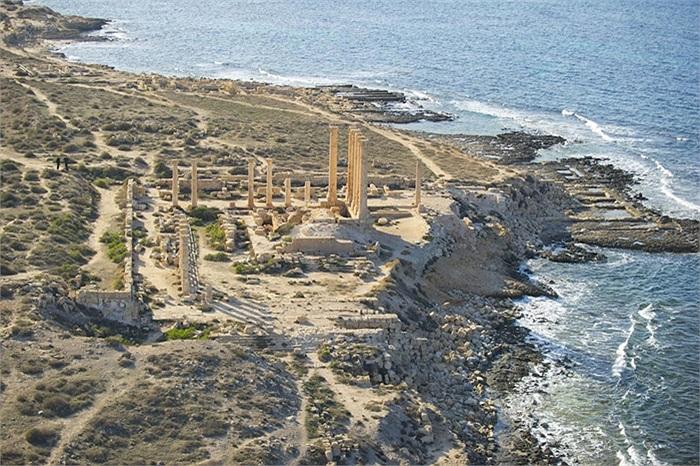Phần còn lại của Đền thờ Isis ở thành phố Sabratha, ngay bên bờ biển