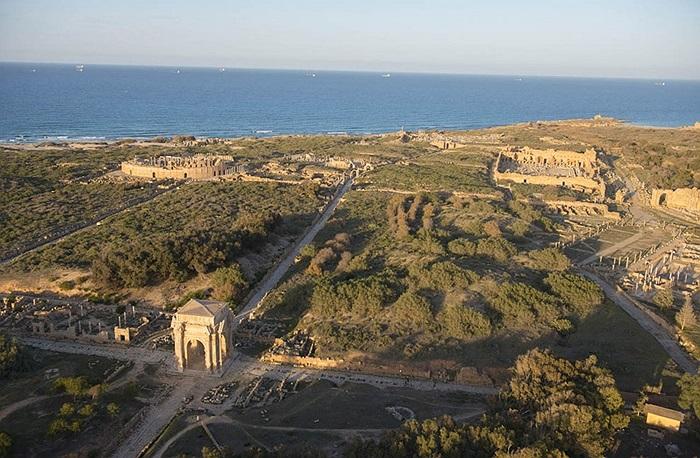 Khoms là thành phố cảng quan trọng trong thời cổ đại, nó đã thuộc sự quản lí của La Mã từ năm 46 trước Công nguyên