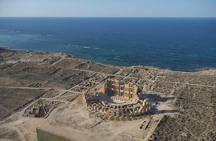 Nhà hát nằm ngay bên bờ biển, công trình được Đế chế La Mã xây dựng từ những thế kỷ 2-3 sau Công nguyên