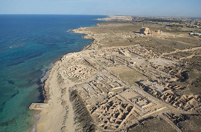 Thành Sabratha cổ đại nằm sát bờ biển bảo vệ cho những công trình hiện đại sâu trong đất liền