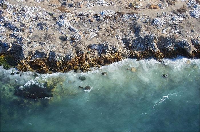 Làn nước xanh trong nhưng bờ biển đã chứa đầy rác thải hiện đại của Libya