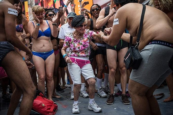 Vào ngày 5/8 vừa qua, 2.271 người đã tập trung tại quảng trường Thời Đại, New York, Mỹ trong trang phục đồ lót nhằm lập kỷ lục thế giới về Số lượng người mặc đồ lót tập chung tại 1 nơi nhiều nhất'.