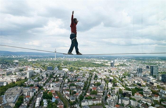 Người đàn ông người Áo có tên Reinhard Kleindl đã lập kỷ lục đi trên dây ở độ cao lớn nhất. Được biết độ cao của màn trình diễn nguy hiểm này lên tới 185 m.