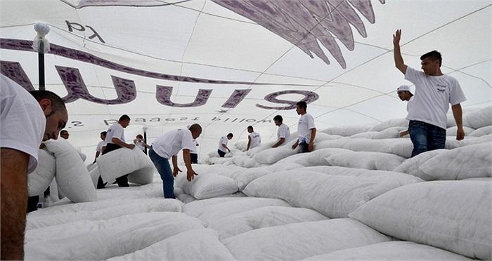 Các tình nguyện viên người Macedonia đã làm ra chiếc gối lớn nhất thế giới vào hồi 23/5 vừa qua