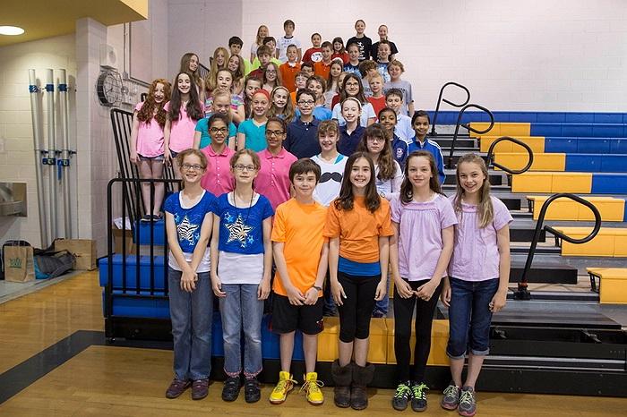 24 cặp song sinh lớp 5 tại trường Highcrest, ở Wilmette, Illinois, đã lập kỷ lục về số lượng cặp sinh đôi học cùng một khối.