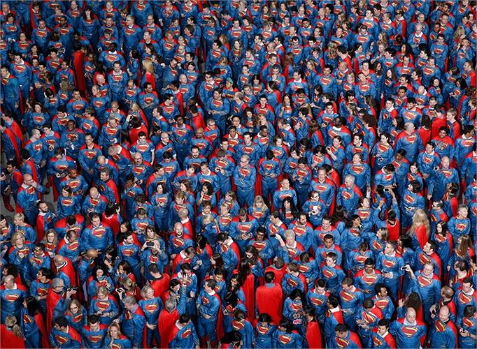 566 người tụ tập để lập kỷ lục thế giới về số lượng người mặc áo siêu nhân nhiều nhất tại 1 địa điểm