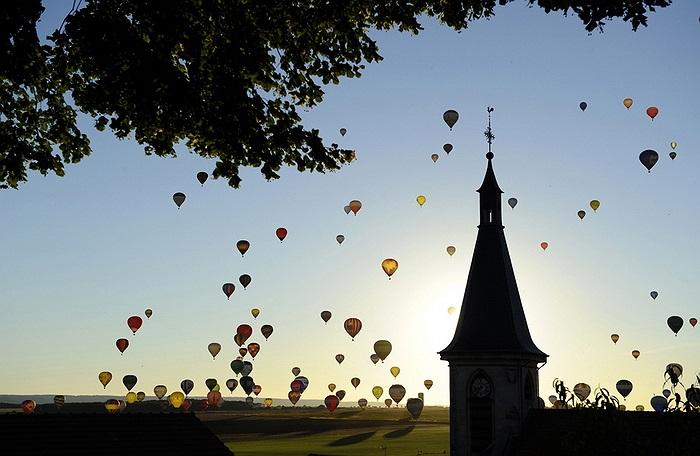 408 kinh khí cầu đã được thả lên bầu trời tại miền Đông nước Pháp hôm 31/7 đã phá vỡ kỷ lục về số lượng kinh khí cầu được thả tại 1 địa điểm.