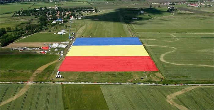 Lá quốc kỳ lớn nhất thế giới đã thuộc về Romani khi công dân nước này cho ra mắt lá cờ có kích thước lên đến 349.4 x 226.9m
