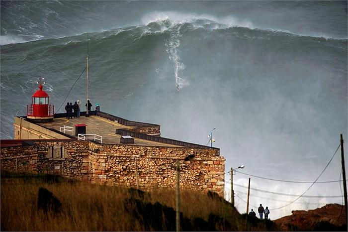 Vận động viên lướt sóng người Mỹ Garrett McNamara cưỡi trên con sóng cao tới hơn 30m, qua đó lập kỷ lục Guinness về loại hình này.