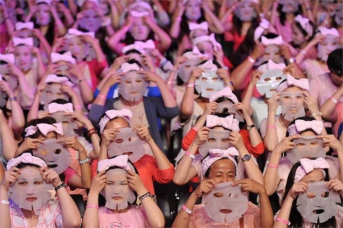 Hơn 1213 người đã tham gia đắp mặt nạ cùng lúc tại Đài Bắc, Đài Loan nhằm lập kỷ lục Guinness