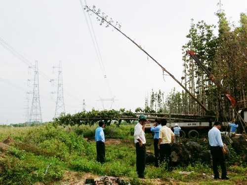 Hiện trường chiếc xe cẩu nâng cây dầu chạm vào đường dây 500 kV.