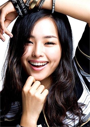 Cựu hoa hậu Hàn Quốc Honey Lee: Cô đăng quang ngôi vị Hoa hậu Hàn Quốc năm 2006 và trở thành đại diện của xứ sở kim chi tại cuộc thi Hoa hậu Hoàn vũ năm 2007