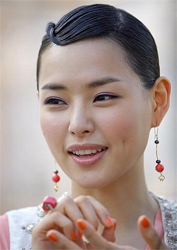Cô là một trong số ít những người đẹp xứ Hàn vừa thành công tại các cuộc thi sắc đẹp quốc tế, vừa thể hiện xuất sắc trong vai trò diễn viên lại vừa có thành tích học tập đáng nể