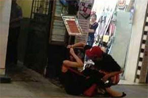 Nhưng sự việc đã trở nên ồn ào quá mức, chưa biết ai đúng ai sai, nhưng hành động đánh bạn gái ngay ngoài phố của Yanbi Tô đã khiến hình ảnh của cả 2 xấu xí hơn trong mắt khán giả.