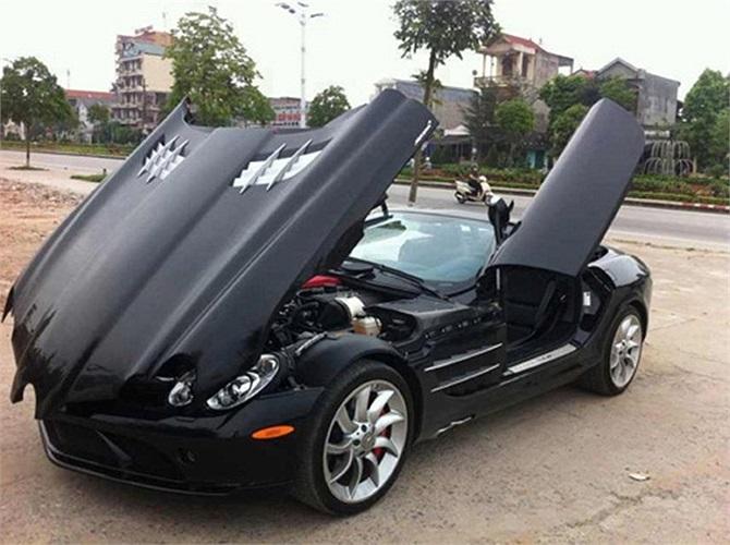 Siêu xe Mercedes-Benz SLR McLaren mui trần với kiểu mở mui và nắp ca-po ấn tượng cũng xuất hiện tại Quảng Ninh trong tháng 9/2012.
