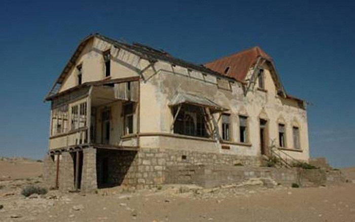 Thị trấn Kolmanskop: Sau khi một kiến trúc sư  người  Đức rời khỏi thị trấn Kolmanskop vào năm 1954, thị trấn này đã bị bỏ hoang cho đến nay.
