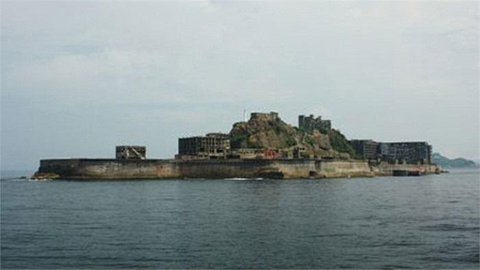 Thành phố đảo Gunkajima, Nhật Bản: Có tới hơn 10.000 người từng sống ở thành phố đảo này cho tới những năm 1970. Đã từng một thời là cơ sở khai thác than của Mitsubishi Motors, nhưng giờ đây, thành phố này lại bị bỏ hoang khiến nó trở thành một trong