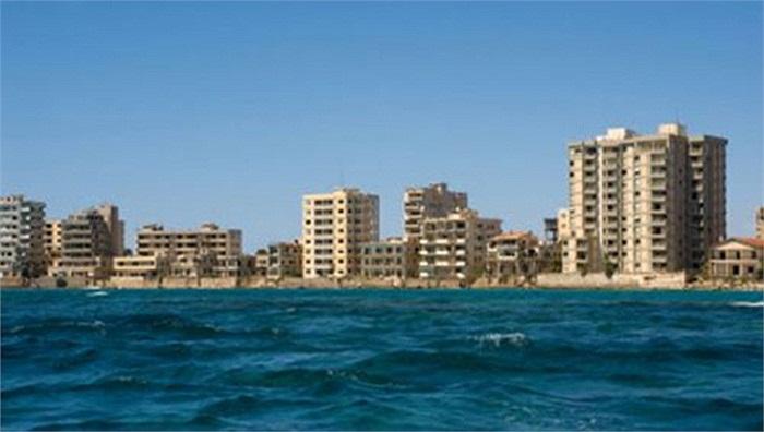 Bãi biển Varosha, đảo Cyprus (đảo Síp): Một thời là bãi biển nổi tiếng với những resort thường xuyên tiếp khách VIP, trong đó có cô đào bốc lửa một thời Brigitte Bardot nhưng ngày nay Varosha đã bị bỏ hoang hoàn toàn.