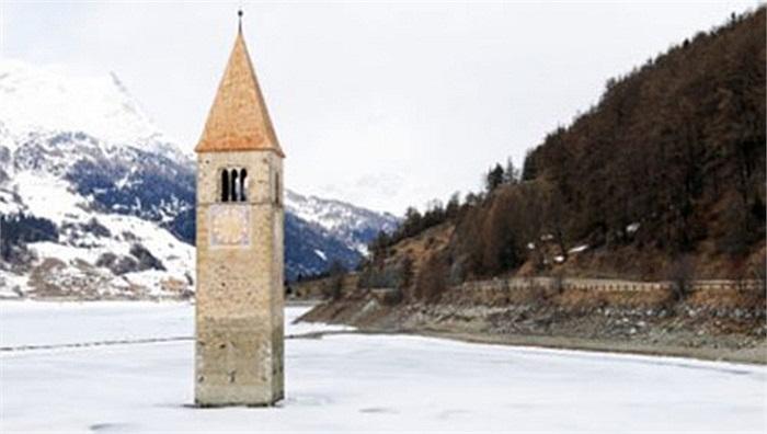 Nhà thờ Lake Reschen, Italy: Đầu những năm 1940, công ty điện lực Montecatini của Italy xây dựng một con đập để thu nguồn điện từ hai hồ lớn là Rescehn và Mitter. Nhưng do tính toán không chính xác, đập nước này đã dẫn nước vào và nhấn chìm cả một kh