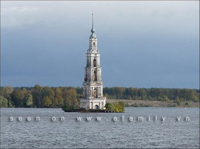 Tháp chuông Kalyazin, Nga: Tháp chuông Kalyazin là 1 phần của tu viện St. Nicholas, được xây dựng vào khoảng giữa năm 1796 và 1800.Năm 1939,1 hồ chứa nước được xây dựng ở khu vực này khiến tu viện gần như đã bị phá hủy hoàn toàn.
