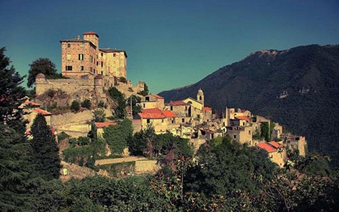 Làng Balestrino, Italy: Balestrino từng rất thịnh vượng vào thế kỷ 12, nổi tiếng với những nông trường trồng ô liu tuyệt đẹp. Tuy nhiên, vào cuối thế kỷ 19, một loạt những trận động đất mạnh đã xảy ra, đe dọa nghiêm trọng kiến trúc của các ngôi nhà.
