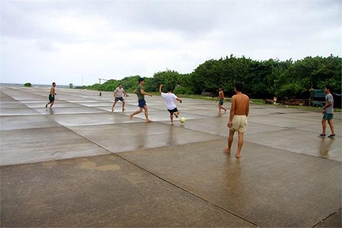 Cũng tại Trường Sa, sân bay trở thành sân đá bóng lý tưởng cho các 'cầu thủ' cuối giờ chiều.