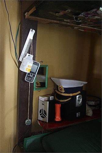 Mọi góc giường của các chiến sĩ đều có sự hiện diện của chiếc điện thoại. Gần đây, thẻ điện thoại Viettel trở thành món quà ý nghĩa thường thấy mà các đoàn ra đảo mang theo để trao tặng cho những người lính trẻ.