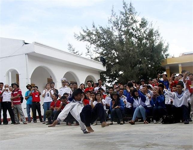 Ngoài giờ tập luyện, chiến sĩ trên đảo cũng không quên tập... hip hop. Trong ảnh là các chiến sĩ đang biểu diễn bài nhảy của mình trước khách đến thăm.