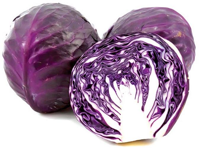 Bước tiếp theo là bạn nên dùng nhiều thực phẩm có màu tím, đỏ. Bao gồm trái cây như mận và hoa quả và các loại rau như bắp cải tím, đậu (đầy đủ kali và kẽm) , củ cải đỏ để cải thiện làn da của bạn và giữ tuổi tuổi thanh xuân.