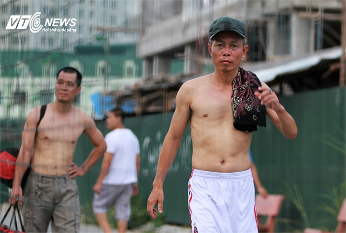 Sân tập của U23 Việt Nam bên cạnh các sân cho thuê đá phủi nên việc các chân sút phủi tranh thủ mục sở thị 'giò hàng tuyển'.