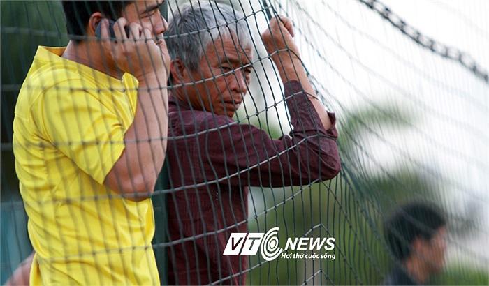 Một ông lão đội nắng xem U23 Việt Nam tập. (Ảnh: Hà Thành)