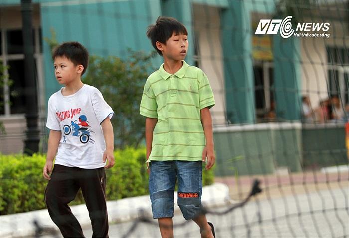 Đặc biệt, bên ngoài sân tập của U23 Việt Nam có rất nhiều cô cậu nhóc.