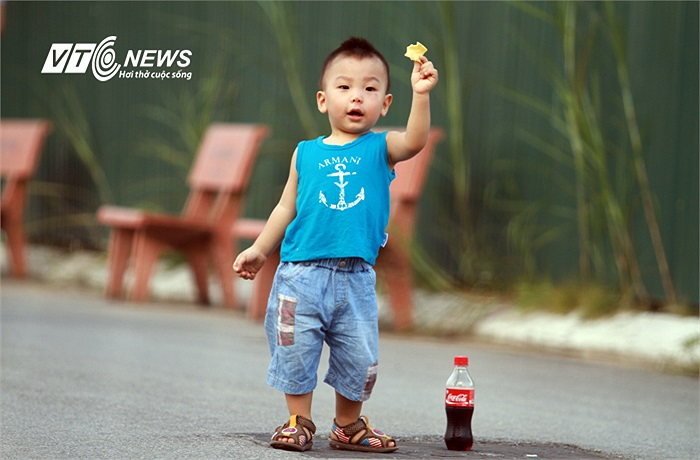 Còn cậu bé này thì mải mê với bim bim hơn.