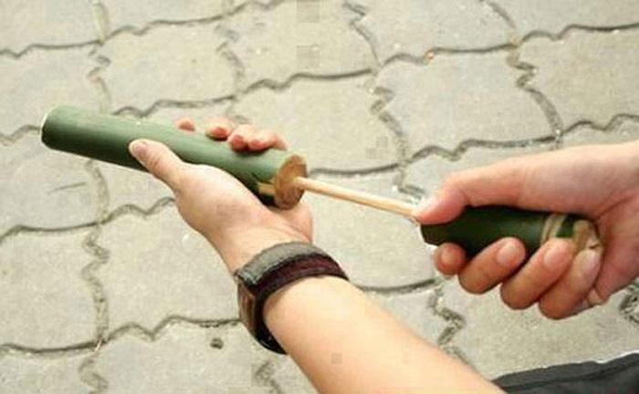 Súng phốc (còn gọi là súng đốp) làm từ ống tre nhỏ. Cho quả xoan non hoặc giấy vụn vo tròn vào làm đạn bắn đau điếng, tức muốn chết!
