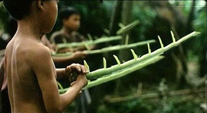 Tuổi thơ thiếu thốn, không có gì chơi, có thể ra vườn cắt tàu lá chuối về làm súng nổ lốp bốp
