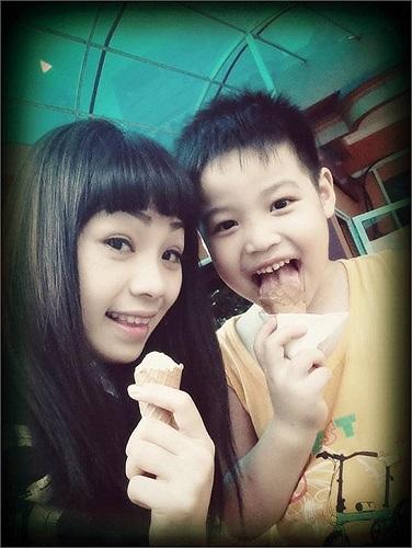 Ngọc Khuê và buổi chiều tung tăng dạo chơi ăn kem cùng tình yêu bé nhỏ.