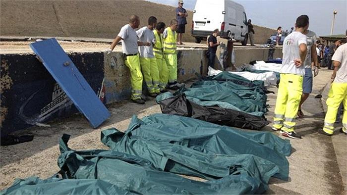 Hàng trăm thi thể được vớt lên bờ sau vụ chìm tàu ngoài khơi đảo Lampedusa, Italy