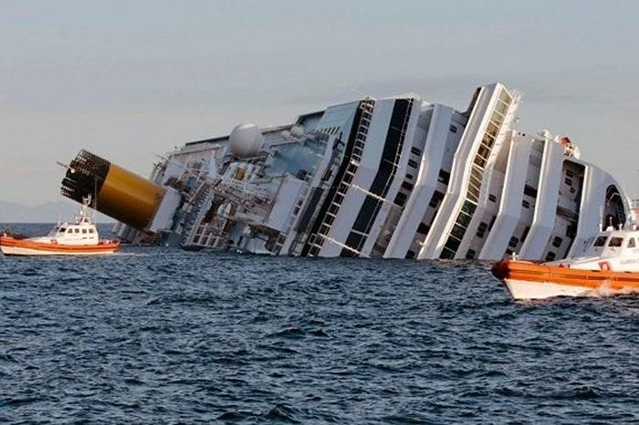 Hình ảnh tàu Costa Concordia bị lật úp ở ngoài khơi đảo Giglio, Italy