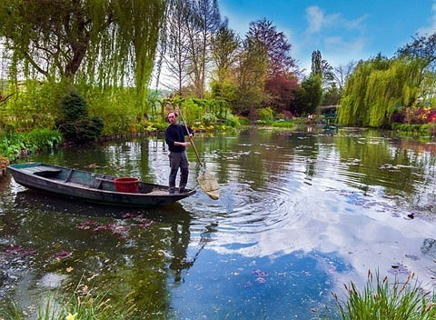 Vườn Claude Monet, Giverny, cách thủ đô nước Pháp khoảng một giờ lái xe. Đây là một trong khu vườn ao đẹp nhất thế giới, hàng năm khu vườn đón hàng trăm nghìn khách tới tham quan.