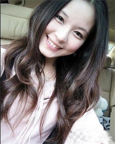 Nữ sinh này sở hữu nụ cười duyên dáng và mái tóc dài làm say mê nhiều chàng trai trong trường.